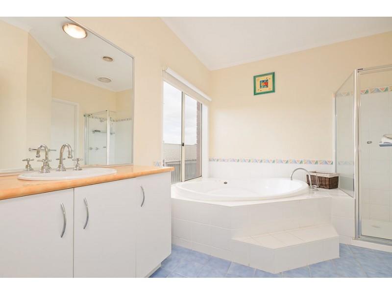 22 Ninnis Court, Roxburgh Park VIC 3064