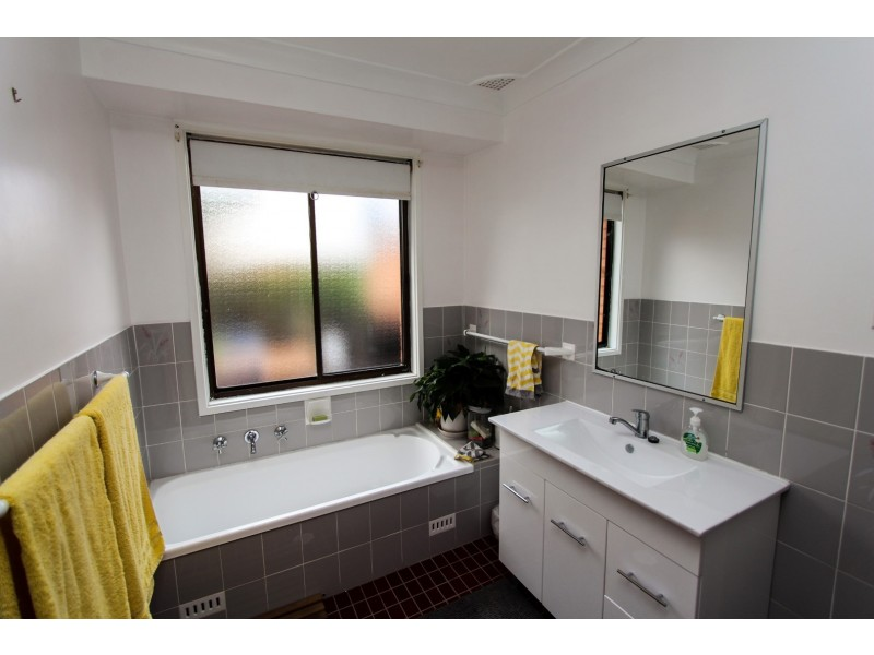9 Parsons Cl, Bathurst NSW 2795