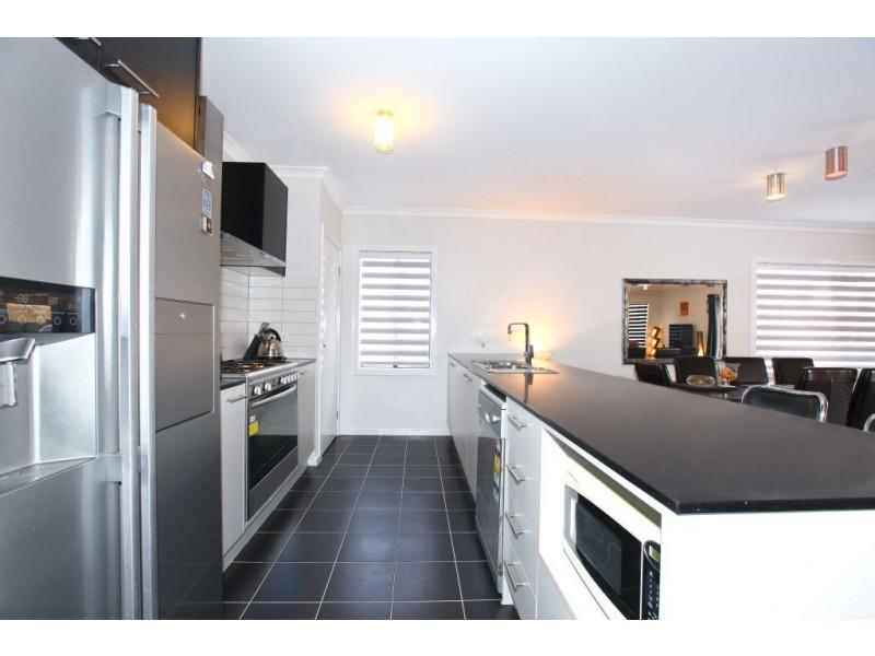 48 Bluebird Way, Roxburgh Park VIC 3064