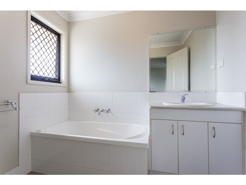 17B Golden Crest Pl, Bellbowrie QLD 4070