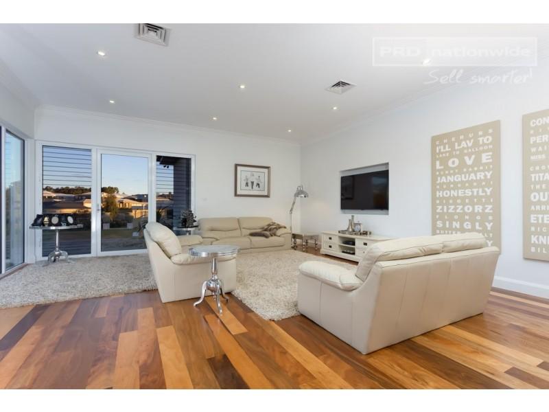 22 Plunkett Drive, Lake Albert NSW 2650