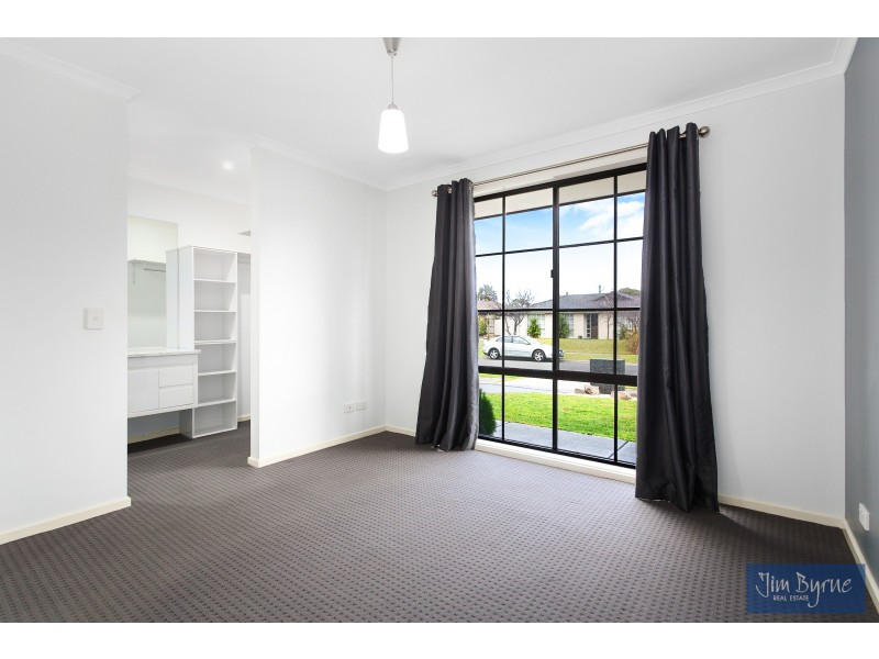 1/37 Collins Crescent, Berwick VIC 3806