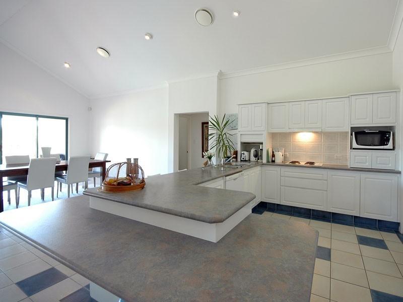 17 Sheridan Park Ave, Broadbeach Waters QLD 4218
