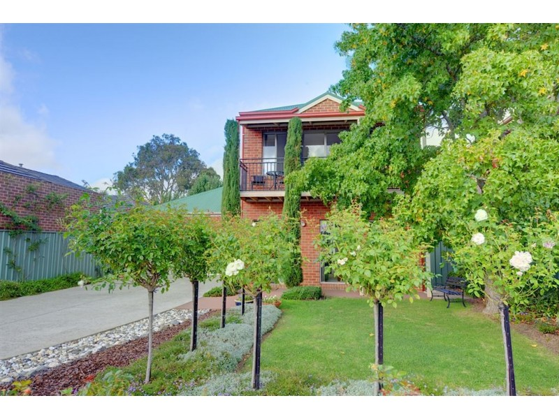 12 Garden Court, Lake Gardens VIC 3355