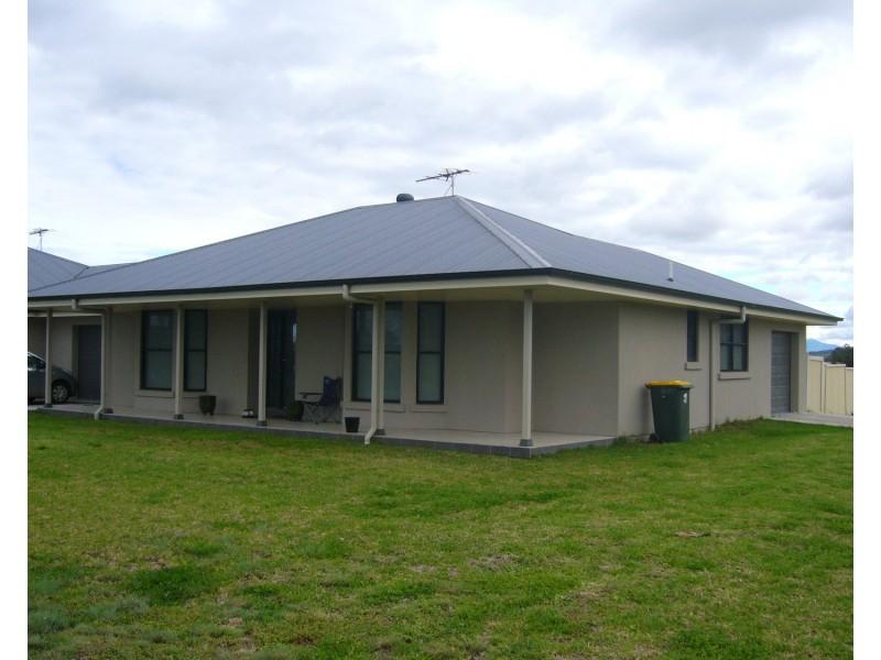 2/1 Alexander Close, Aberdeen NSW 2336
