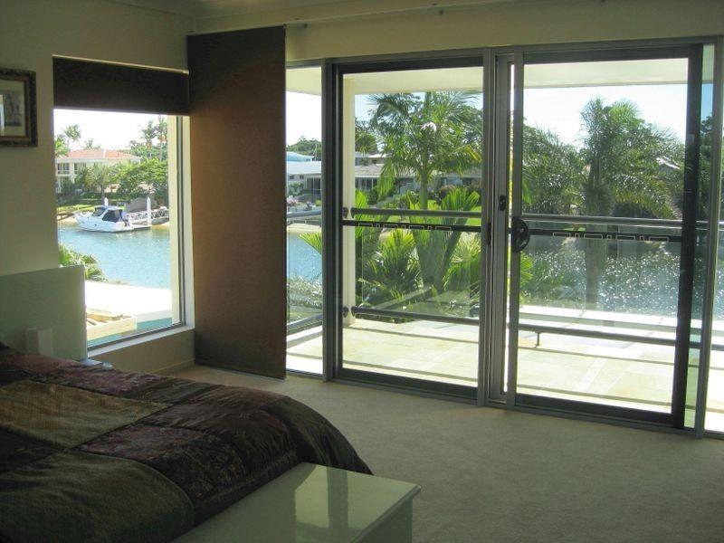 8 Rosemont Avenue, Broadbeach Waters QLD 4218