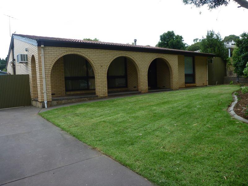 18 Iona Rd, Aberfoyle Park SA 5159