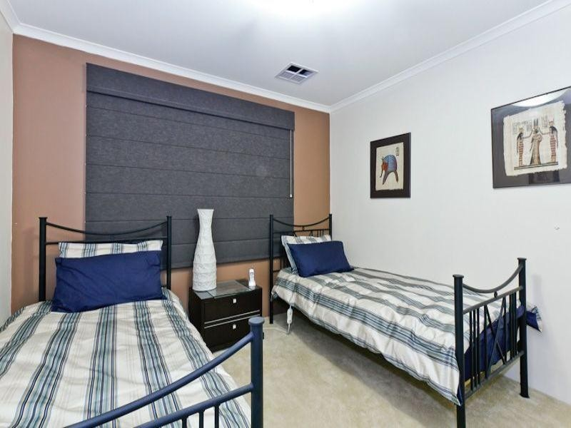 15 Sheffield Bend, Success WA 6164