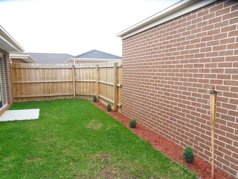 2/9-11 Walshe Crt, Altona Meadows VIC 3028