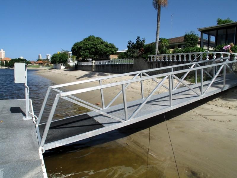 9 Grant Place, Broadbeach Waters QLD 4218