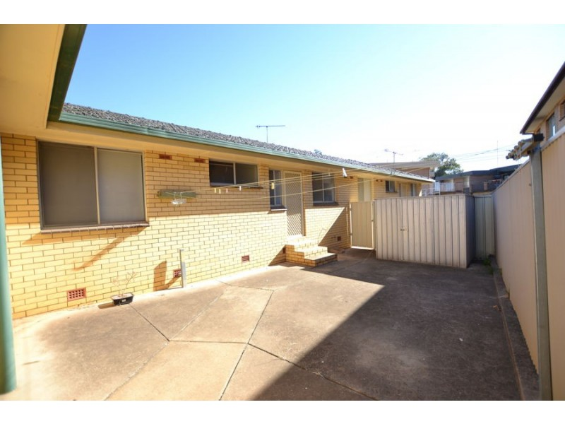 2/5 Henschke Avenue, Tolland NSW 2650
