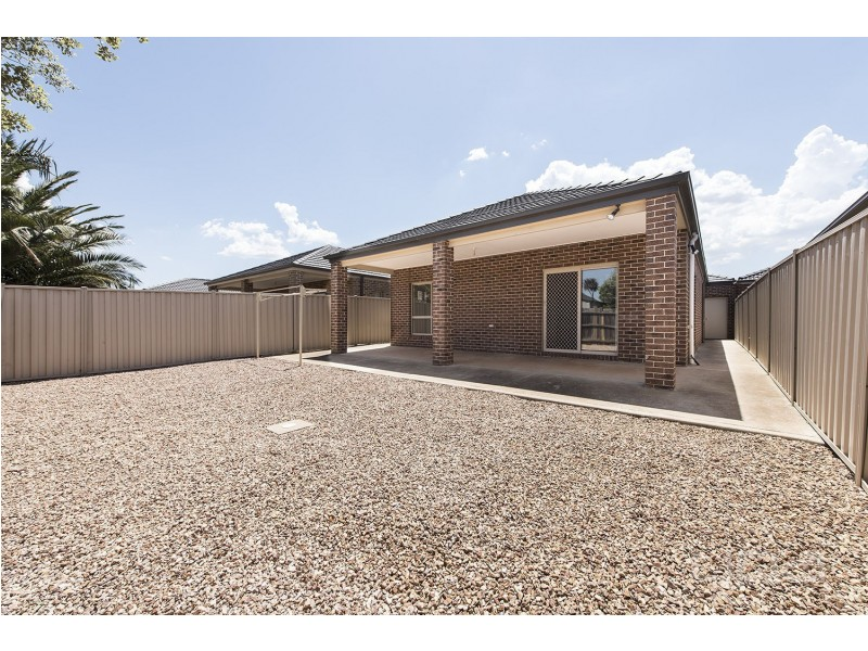 1/13 Ranfurlie Circuit, Melton West VIC 3337