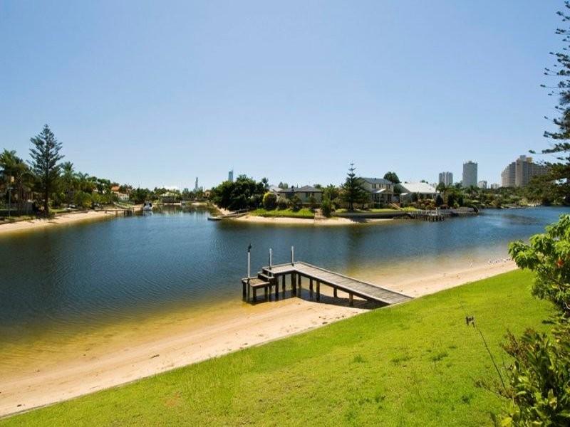 Villa 4 'Pacific Sands Villas', 53 Hooker Boulevard, Broadbeach Waters QLD 4218