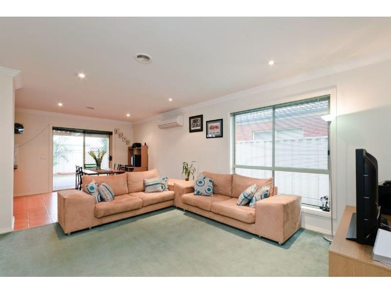 11 Crossdale Green, Craigieburn VIC 3064
